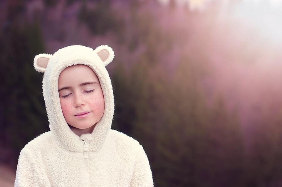 בחורה בתחפושת דוב